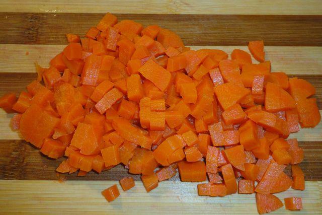 Отварить морковь, очистить и нарезать кубиками.