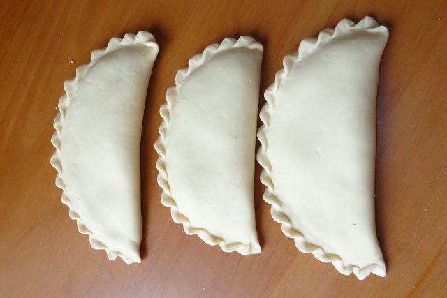 Пирожки из слоного теста с ягодами