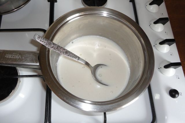 Растворяем дрожжи в молоке с сахаром
