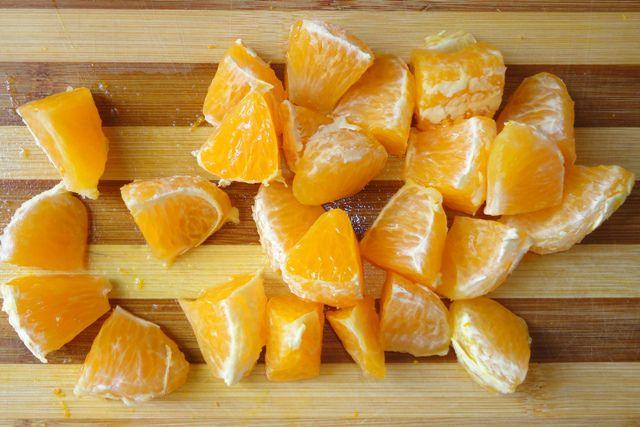 Каждую дольку апельсина порезать на 3 части