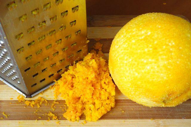 Цедру апельсина натереть на мелкой терке
