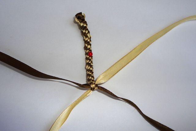 Изображение Плоская фенечка из ленточек: 1. Для создания фенечки из ленточек, вам потребуется 2 атласные ленточ из...
