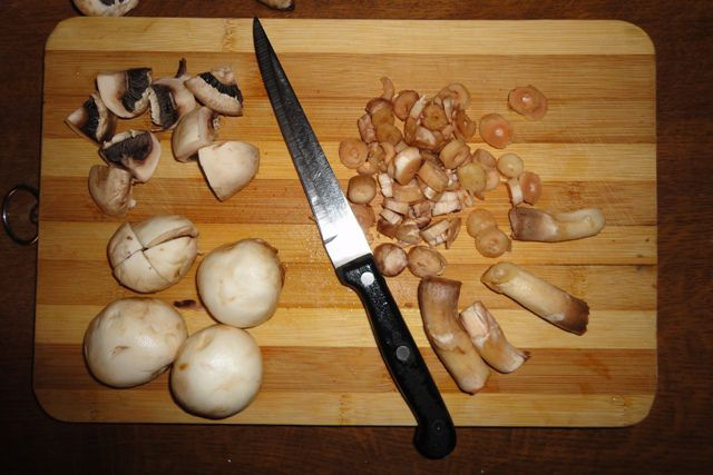 Помыть и порезать грибы.