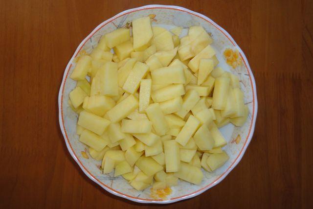 Картошку режем некрупными кубиками