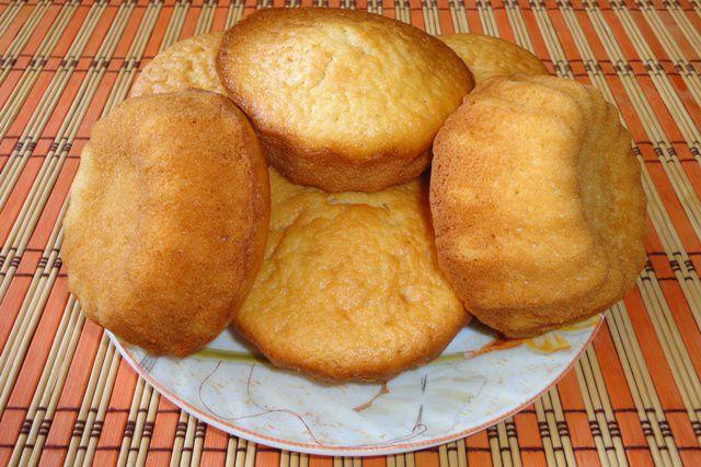 Вынимать кексы из формочек лучше, когда они немного остынут