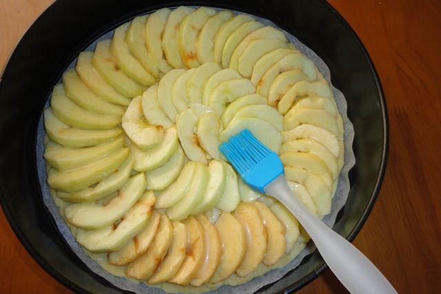 Смазываем ломтики яблок сахарно-лимонной смесью