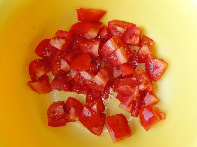 Нарезаем помидор кубиками