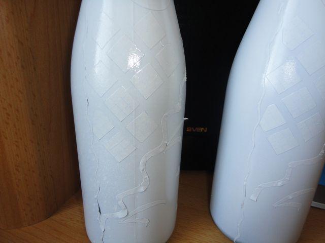 Покрыть бутылки тремя слоями белой краски и высушить