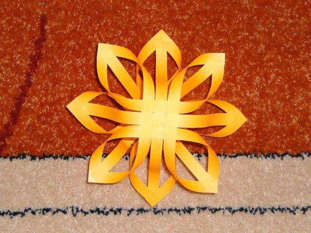 Объемные снежинки из бумажных полос