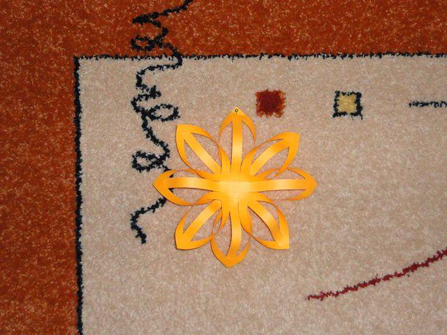Снежинка на ковре в детской комнате