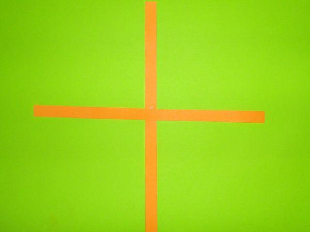 Склеиваем две полоски крест на крест