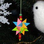 Вешаем бумажную рождественскую звезду на елку