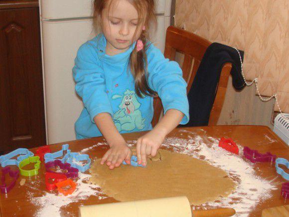 Вырезаем формочками печенье