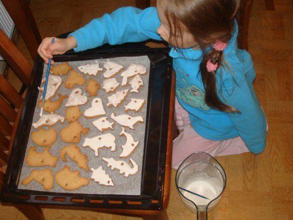Покрываем печенье белой глазурью