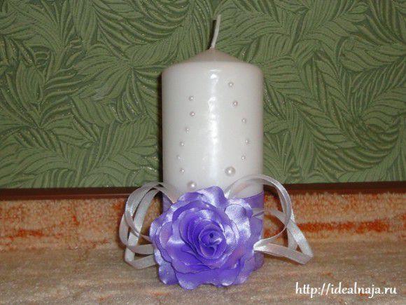 Свеча украшена бусинами и атласными лентами