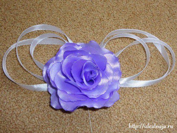 Сшиваем слои бантика вместе и в центре пришиваем розу из атласной ткани