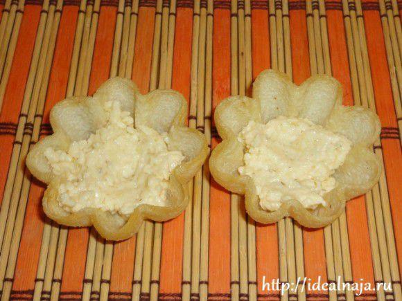 Наполнить тарталетку до половины сырно-чесночной пастой