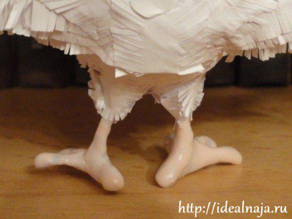Ножки и клюв красим лаком для ногтей