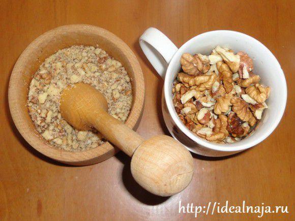 Орехи и печенье растолочь, но не сильно мелко