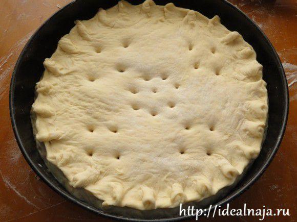 Пирог накрываем сверху лепешкой, защипываем и прокалываем