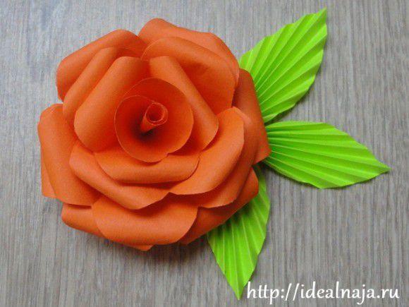 Подклеиваем ярусы бумажной розы и листья на кружок зеленой бумаги