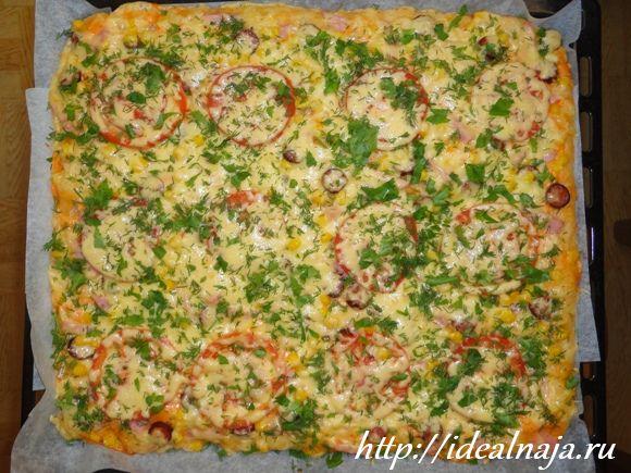 Пицца с колбасой и помидорами под сыром рецепт