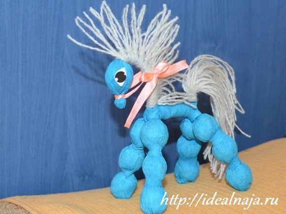 Лошадь из конфет и гофрированной бумаги