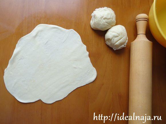 Раскатываем тесто как можно тоньше