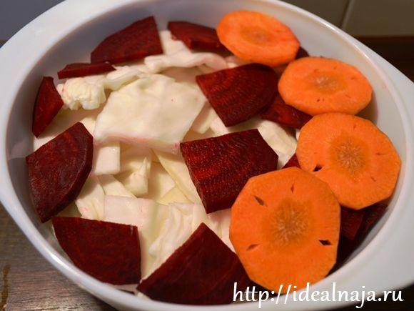 Режем капусту квадратиками, морковь колечками, свеклу четверть-кольцами и укладываем слоями