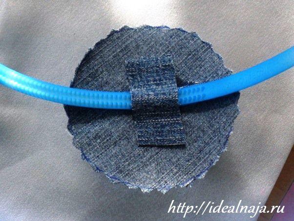 С изнанки наклеиваем полоску джинсовой ткани для укрепления соединения
