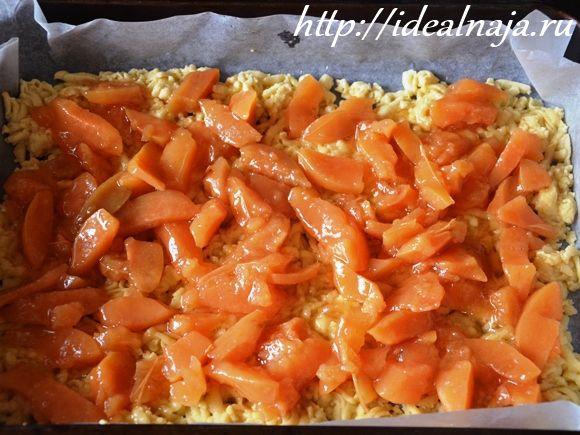Первый слой тертого пирога покрываем слоем варенья