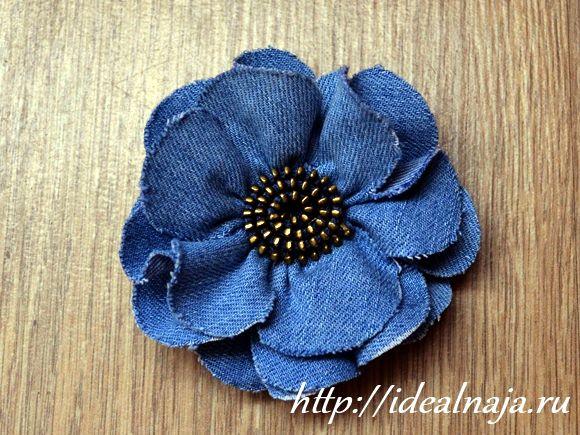 Цветочек из джинсовой ткани с серединкой из молнии