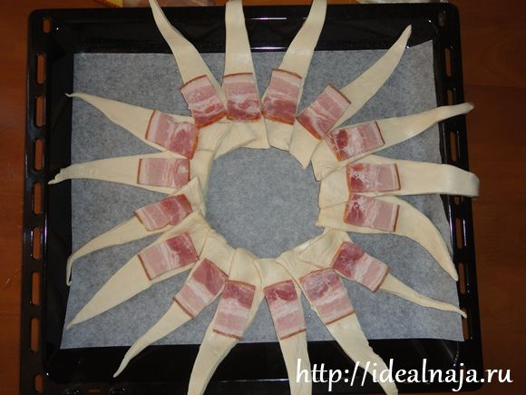 На слоеное тесто укладываем копченую грудинку
