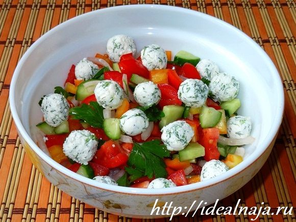 Летний овощной салат с сыром Фета
