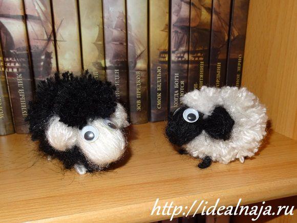 Барашек и овечка из помпонов
