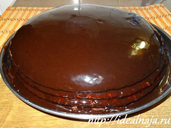 Заливаем верхний корж Праги и боковинки тортика глазурью