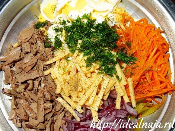 Подготовленные ингредиенты для салата из куриных сердечек