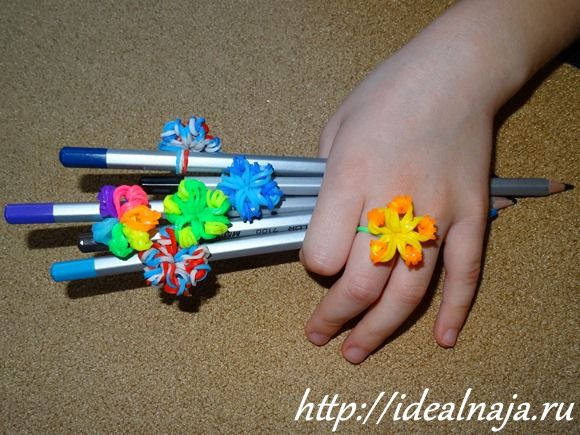 Кольцо цветок из резиночек
