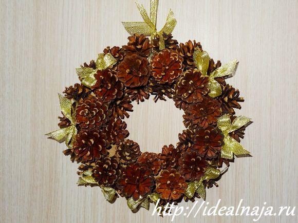 Новогоднее кольцо из шишек