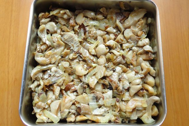 Салат с копченой курицей и жареными грибами